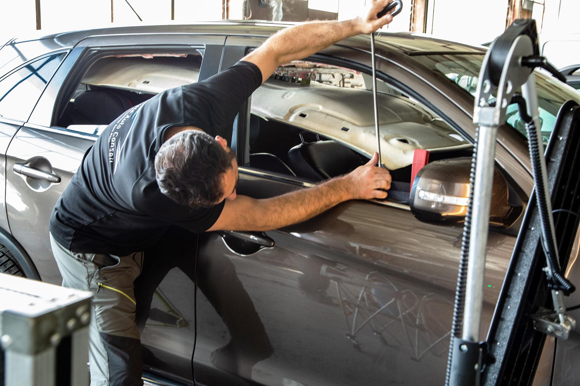 réparation d'un véhicule grêlé par l'intérieur de la carrosserie