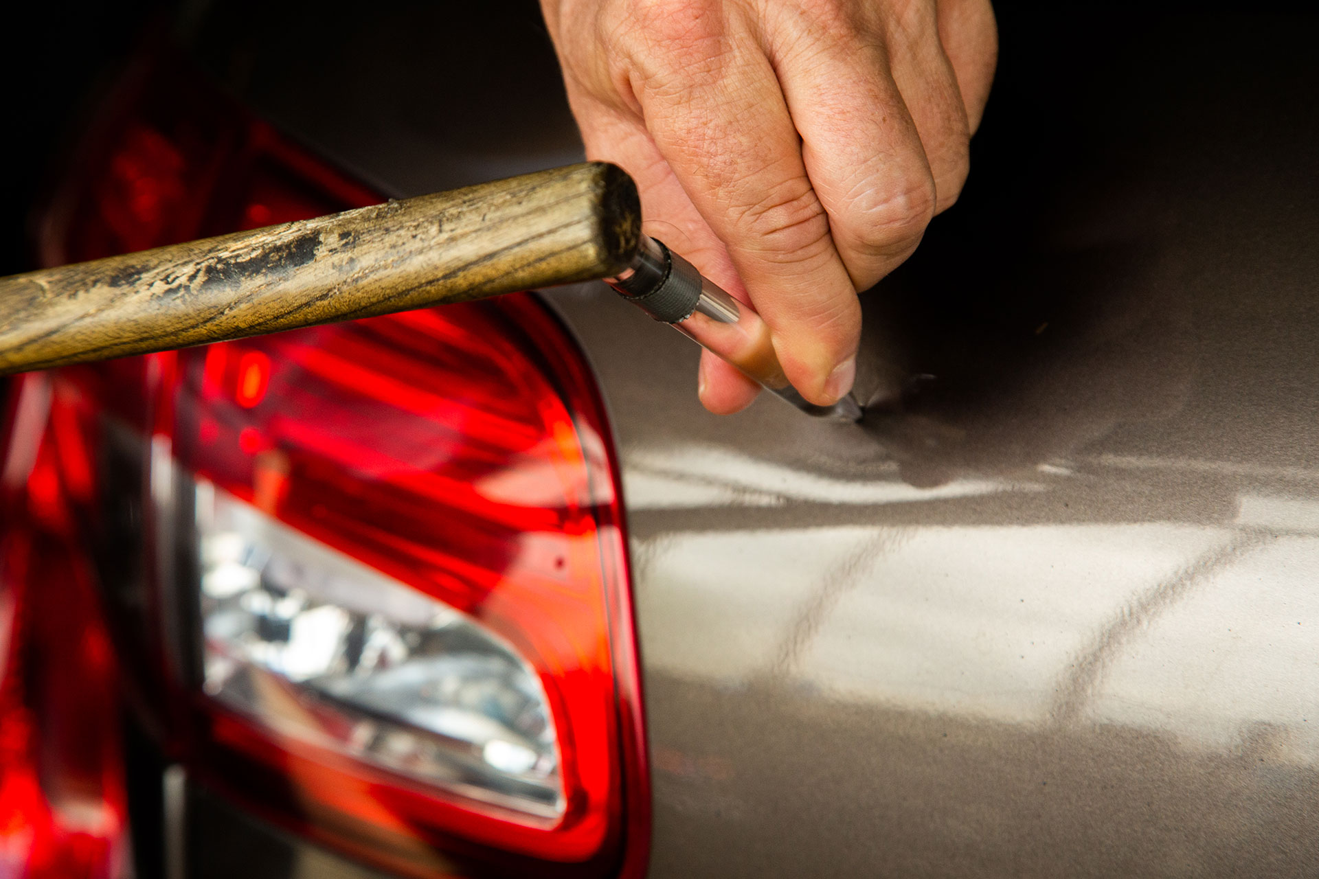 débosselage sans peinture par l'extérieur du véhicule