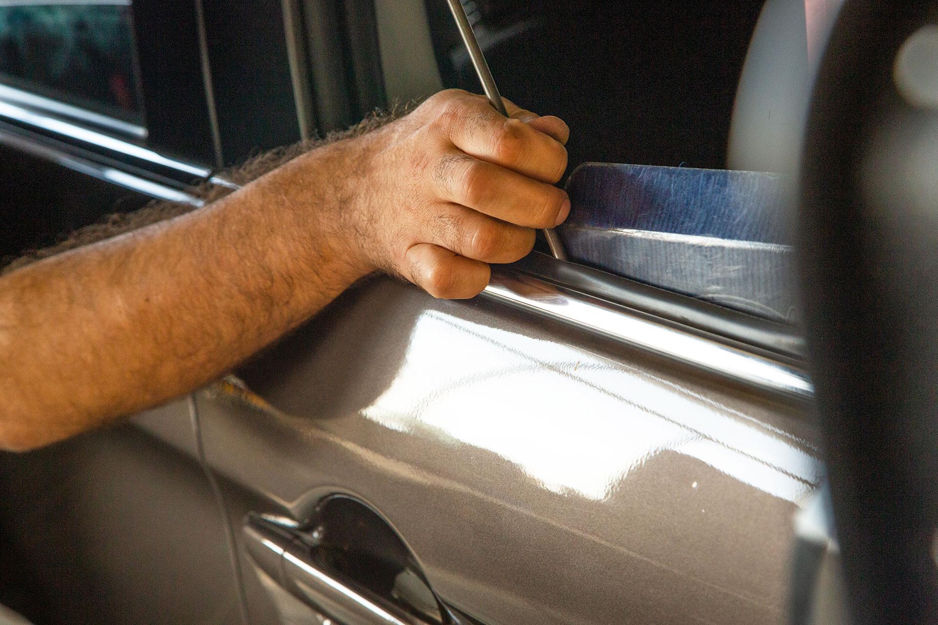 Réparation d'une portière de véhicule grêlé