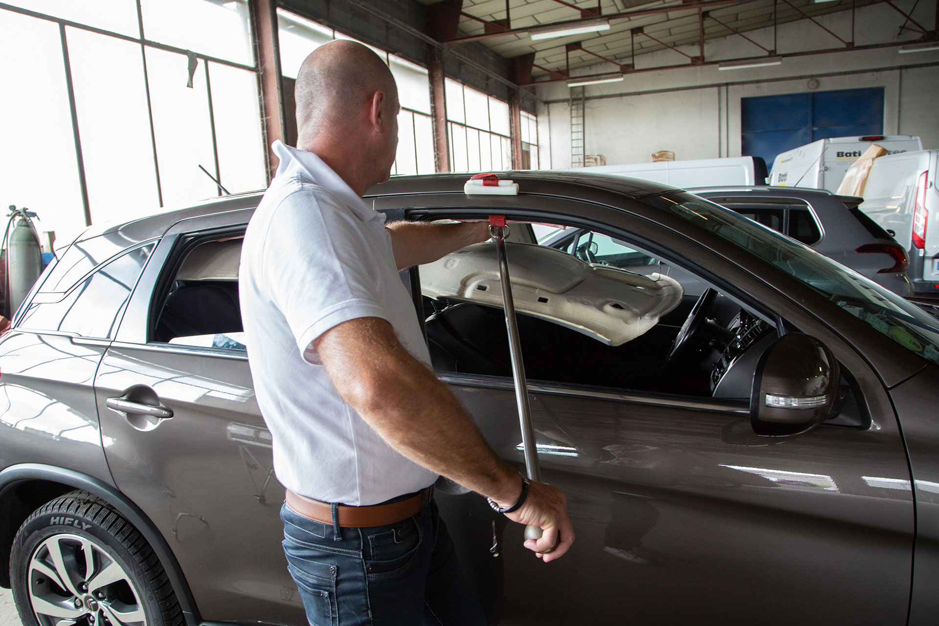 réparation d'un toit de véhicule grêlé