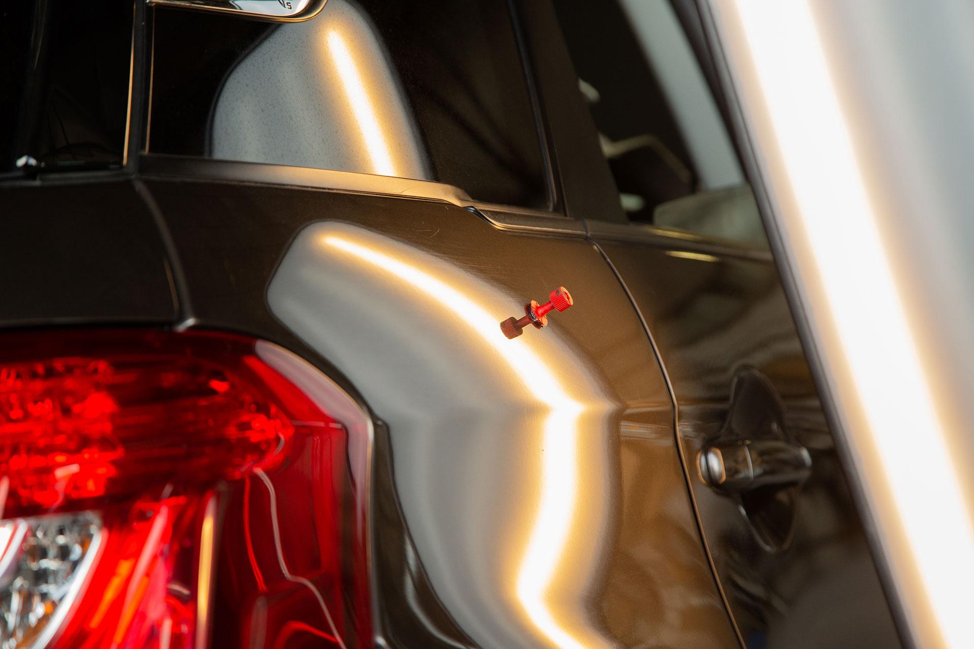 Utilisation d'une ventouse pour supprimer un impact de carrosserie
